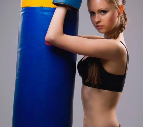Фотообои Девушка с боксерской грушей 5975